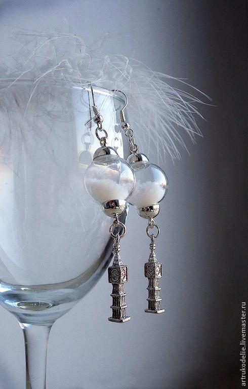 Серьги Зимний Лондон. Стеклянные снежные шарики и подвеска Биг-Бен. Длина серег 7,5 см, диаметр стеклянного шара 1,5 см. Цвет фурнитуры серебряный.