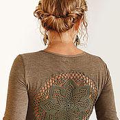 Одежда ручной работы. Ярмарка Мастеров - ручная работа Оливково зеленая футболка с ажурной аппликацией на спине Размер M. Handmade.