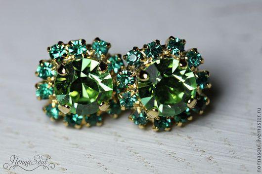 Серьги ручной работы. Ярмарка Мастеров - ручная работа. Купить Серьги-гвоздики с изумрудно-зелеными кристаллами сваровски. Handmade. Зеленый