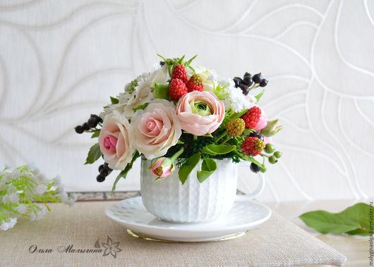 Цветы в чашке. Летняя композиция с малиной и черной смородиной. Ручная работа из полимерной глины.