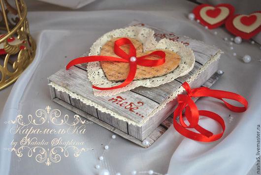 Валентинка - сувенир выполнена в виде коробочки с имитацией под состаренное дерево. Внутри - ниша в виде сердца, закрытая сизалем и бусинами разных цветов. Сверху украшена хлопковым кружевом, полубусинами, лентами. Дизайн и внешнее оформление разработано индивидуально, размер 12*10 см