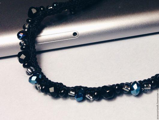 Синие бусины на фоне черного бисера выглядят как звезды на ночном небе.