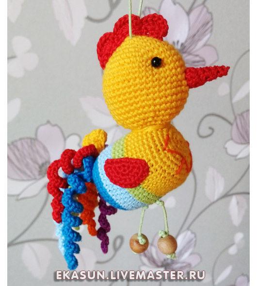 Вязаная игрушка - погремушка Петя Петушок Радуга