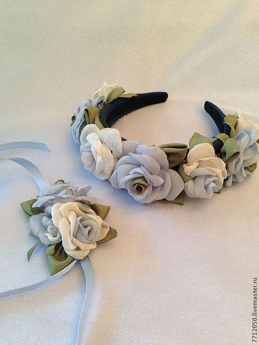 комплект украшений ободок с цветами браслет с цветами из роз ручной работы голубые розы выпускной вечер нежное украшение обруч с цветами обруч с розами белые розы для девушки подарок нежно-голубой бле