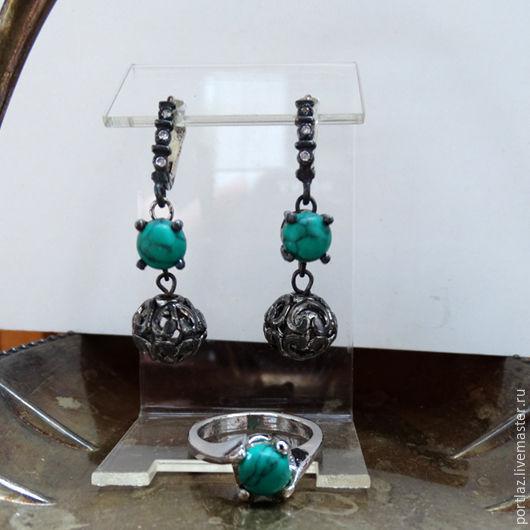 Комплект украшений ручной работы - серьги и кольцо  с бирюзой и фианитами сделан в винтажном стиле.