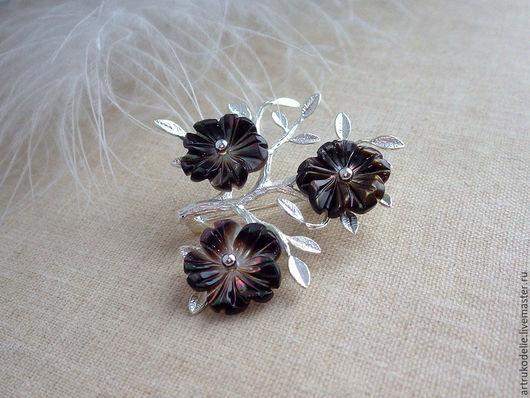 Нежнейшая маленькая брошь из фурнитуры серебряного цвета в виде веточки и цветочков из перламутра. Перламутровые цветочки черного цвета. Размер броши 3,5 х 4 см