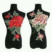 Нашивками большие цветы, в двух цветах.