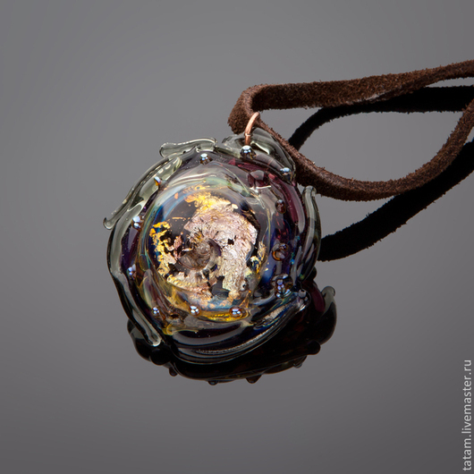 Оригинальное украшение с богатым внутренним миром. Натуральный замшевый шнур + 200 руб.