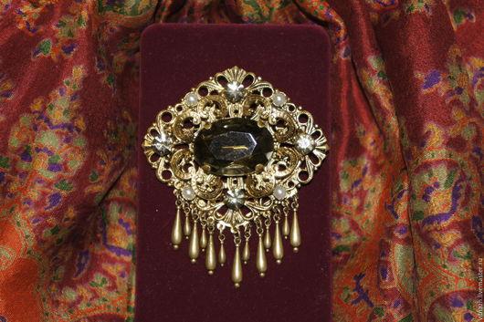 Объемная винтажная брошь на филигранной основе под золото. Чешское стекло. Середина XX века.