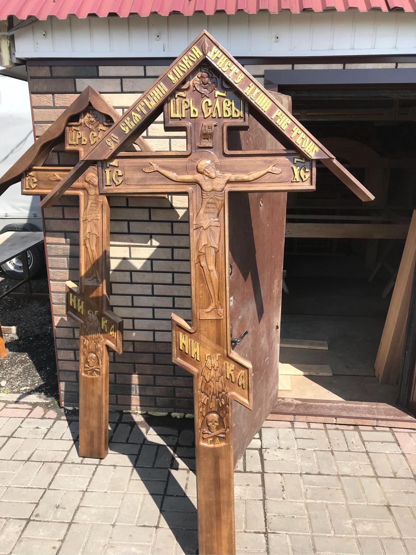фотографии деревянных крестов также отметил