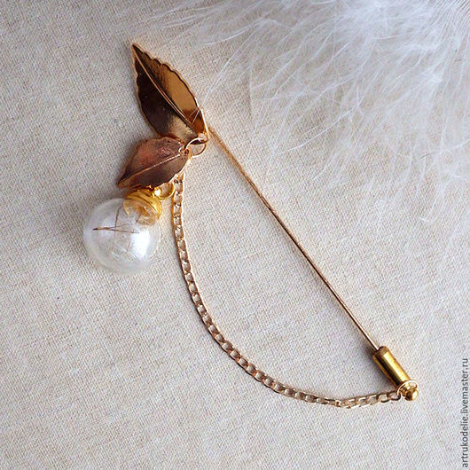 Легкая нежная брошь-игла Одуванчик. Полая стеклянная сфера с семенами одуванчика. Диаметр стеклянного шара 1,5 см, длина броши одуванчика 9 см. Купить украшения с одуванчиками. Купить брошь одуванчик