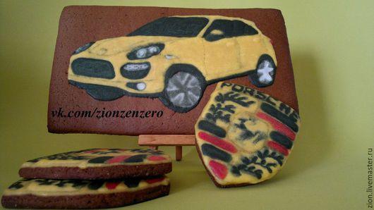 Porsche Cayenne Turbo желтый и три эмблемки марки.