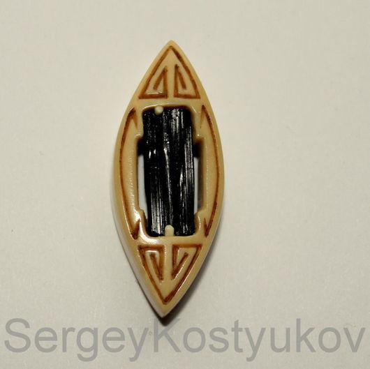 Шерл в лодке Кристалл черного турмалина в лодочке из бивня мамонта