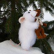Куклы и игрушки ручной работы. Ярмарка Мастеров - ручная работа Крысик войлочный пуховый с игрушкой.. Handmade.