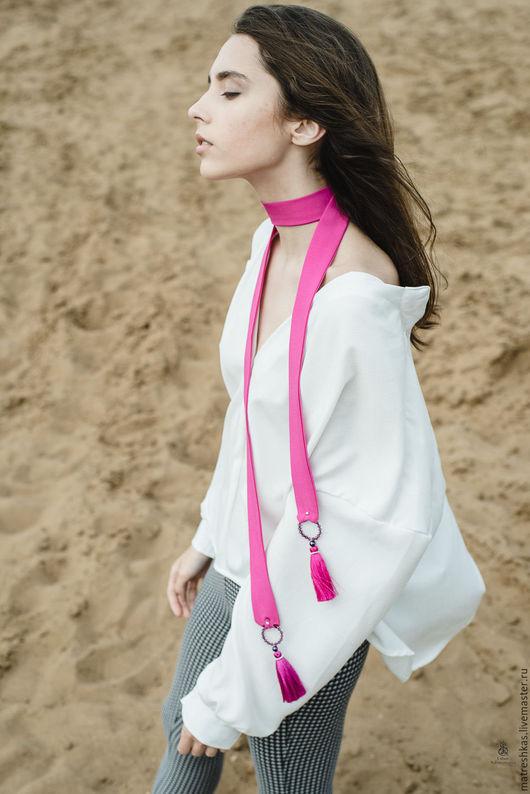 Тонкий шарф (skinny-шарф) Эта тенденция пошла от Prada, когда, осенью 2014, он продемонстрировал на моделях длинные, шелковые шарфы. Весной 2015 года похожие шарфы можно было наблюдать в коллекциях И