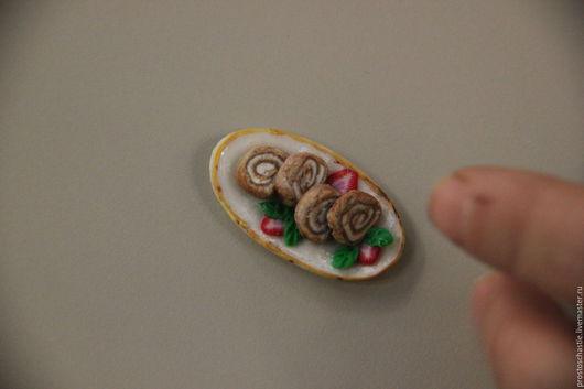 Шоколадный-сливочный бисквитный рулет 1:12. Украшен листочками мяты и клубничкой. Потрясающе вкусно.