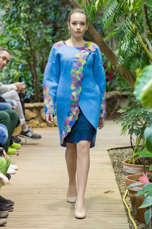 Верхняя одежда ручной работы. Ярмарка Мастеров - ручная работа. Купить голубое пальто с цветами.. Handmade. Голубой