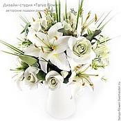 Букет из белых роз и лилий в кувшине