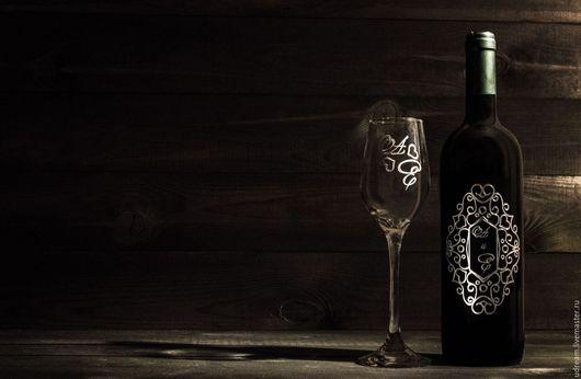 Гравировка инициалов на свадебной бутылке вина и бокала.