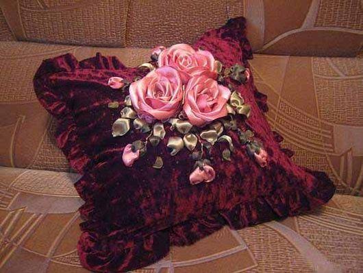 вышивка лентами, розы из лент, подушка бордовая, розовые розы украшение,украшение интерьера,искусственные цветы.цветы ручной работы, искусственные цветы розы, бархат бордо подушка, вышитая наволочка, вышивка лентами на подушке, декор для интерьера,декоративная подушка, декоративная подушка с вышивкой, вышивк4а розы, ручная вышивка