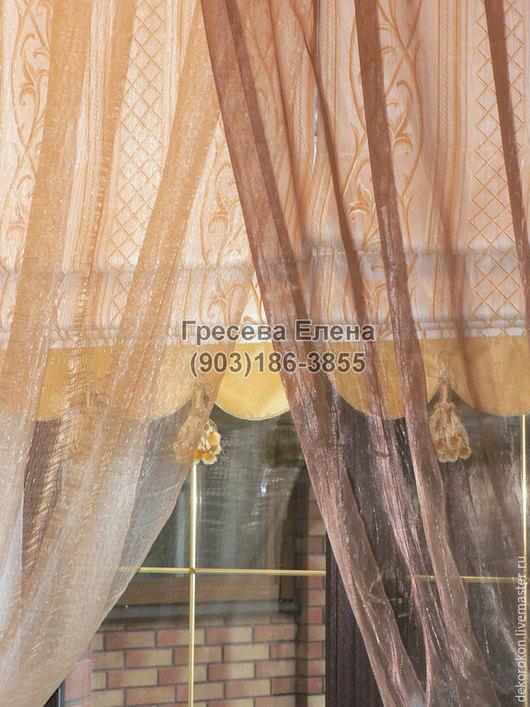 Роскошная римская штора на подкладке с фигурным краем и кисточками.Образ завершают полотна тюля разного цвета.