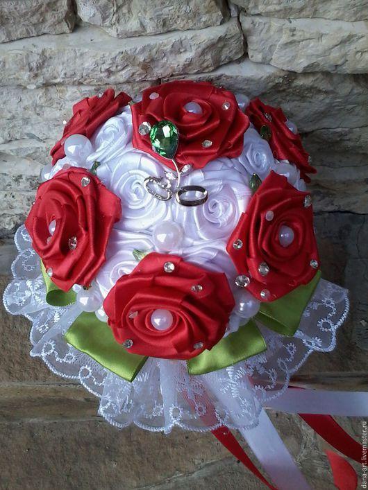 Свадебные цветы ручной работы. Ярмарка Мастеров - ручная работа. Купить Букет-дублер из атласных лент бело-красный с брошкой в виде ростка. Handmade.