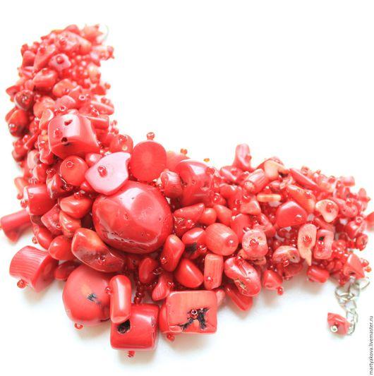 Эффектное украшение на руку из натуральных материалов – достаточно крупный объемный браслет из кораллов красного цвета.