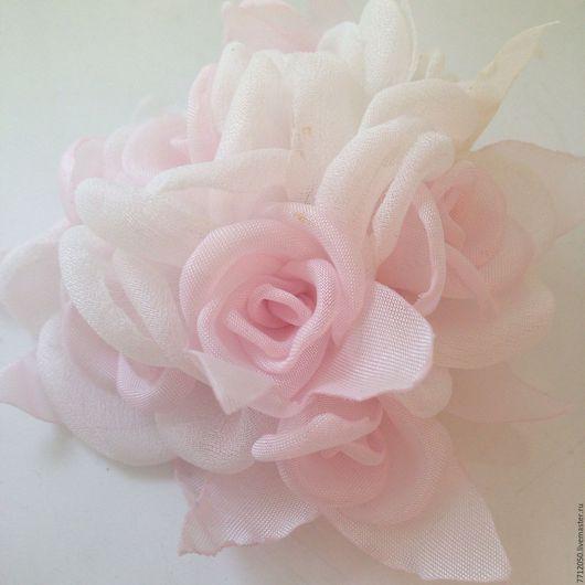 нежная брошь для платья невесты свадьба белые розы с бледно-розовой серединкой нежно-розовый цвет нежное украшение для девушки белые розы