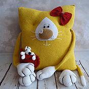 Куклы и игрушки ручной работы. Ярмарка Мастеров - ручная работа Интерьерная подушка Кошка с мышкой. Handmade.