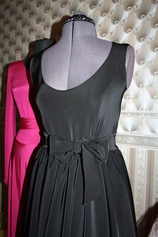 Черное платье с глубоким вырезом и юбкой солнце. Без рукавов.