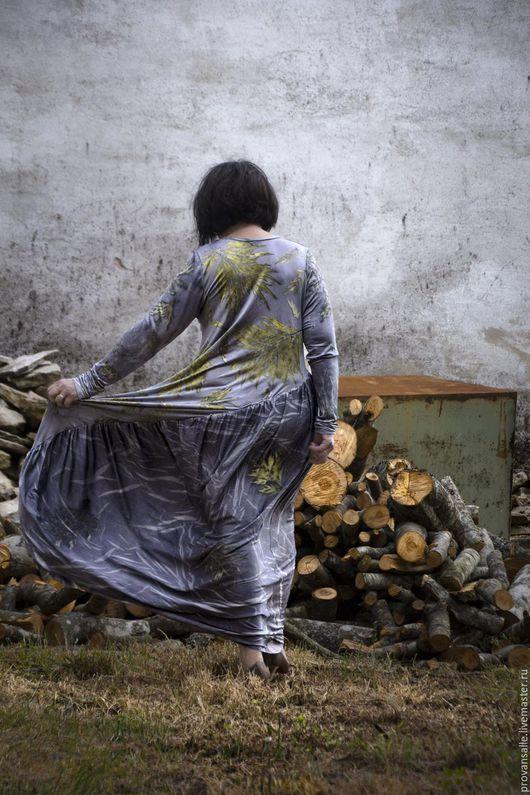 Шелковое платье, выполненное в технике эко-принт. Окрашено натуральными красителями.
