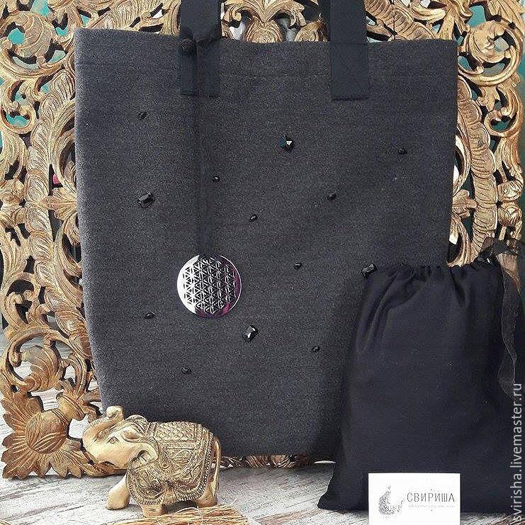 9ccecb4e7dba Мягкая сумка ультрамодного серого цвета, декорированная стразами и `цветком  жизни`. Сумка поставляется ...