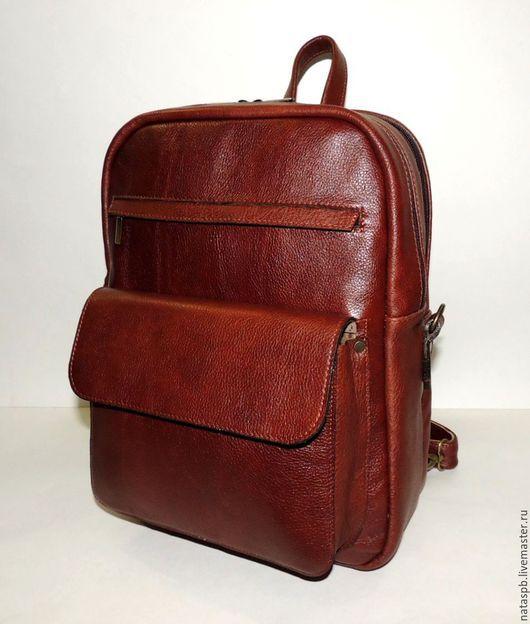 Аксессуар «Оптима» - это функциональная сумка и удобный рюкзак.  Пользоваться такой сумкой-рюкзаком будет комфортно всем — студентам, учащимся, тем, кому важно, чтобы в изделие помещался формат А4.