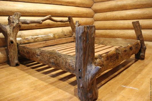 Кровать ручной авторской работы из цельного дерева (дуб и сосна) в стиле рустик.