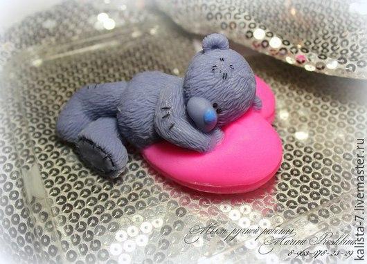 Мишка Teddy на подушке