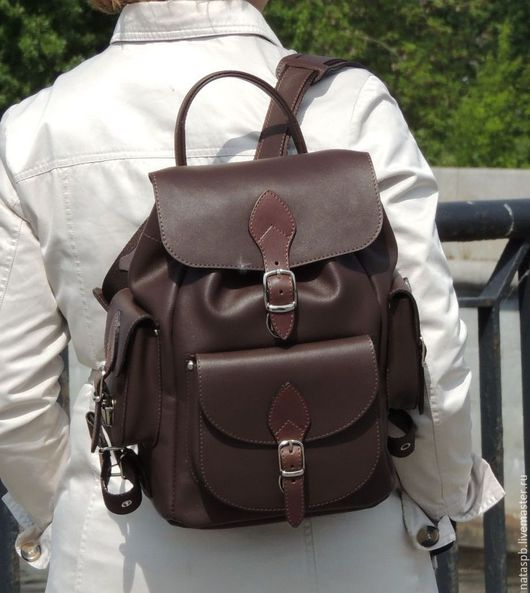Рюкзак легкий - его вес 800 грамм и  вместительный — ширина по дну 14 см. Отличный городской рюкзак для будней и путешествий!