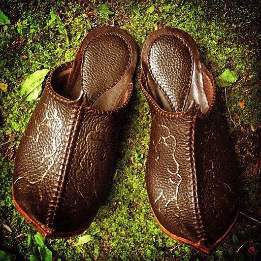 Обувь ручной работы. Ярмарка Мастеров - ручная работа. Купить Тапочки из кожи восточные коричневые. Handmade. Домашние тапочки