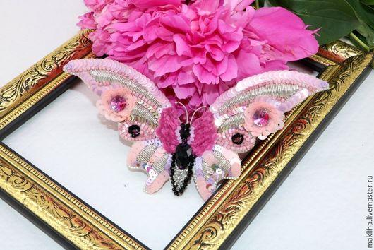 Броши ручной работы. Ярмарка Мастеров - ручная работа. Купить Вышитая крупная брошь Розовая бабочка.. Handmade. Розовая бабочка