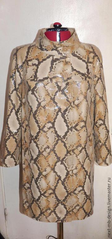 Верхняя одежда ручной работы. Яркий весенний плащ  в стиле 60-ых  из плотной плащевой ткани с нанесённым принтом под питона.