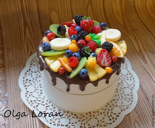 Шкатулка из массива сосны в виде фруктово ягодного торта. Декор полностью выполнен из полимерной глины и покрыт эпоксидной смолой.