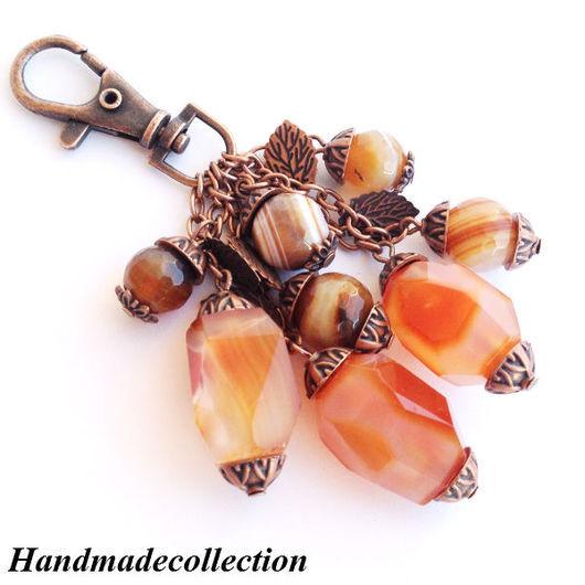 Брелок на сумку, ключи с сердоликом и агатом `Осень в лесу`  будет отличным подарком и недорогим сувениром женщине, девушке, коллеге.
