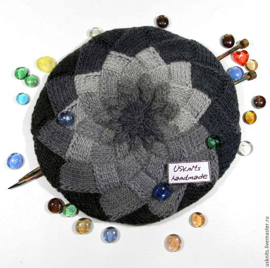 Вязаная шапка `Оттенки серого` выполнена из чистошерстяной пряжи. Шапочка теплая, не колючая, после стирки не деформируется.