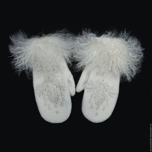 Варежки из кашемира с ручной вышивкой и меховой опушкой.
