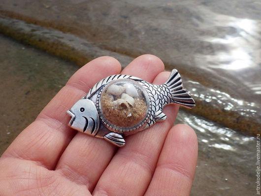 Брошь Теплый берег. Основа для броши в виде рыбы, полая стеклянная полусфера с песком и ракушками. Цвет фурнитуры - античное серебро. Размер броши 5,3х3 см. Диаметр стеклянной полусферы 2 см.
