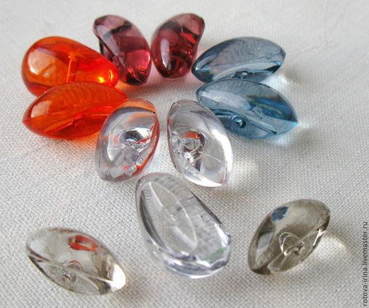 Пуговицы стеклянные разных цветов , форм и размеров хороши для декорирования не только одежды, но и многих изделий ручной работы- брошей, сумок,подарочных мешочков, саше, игольниц,