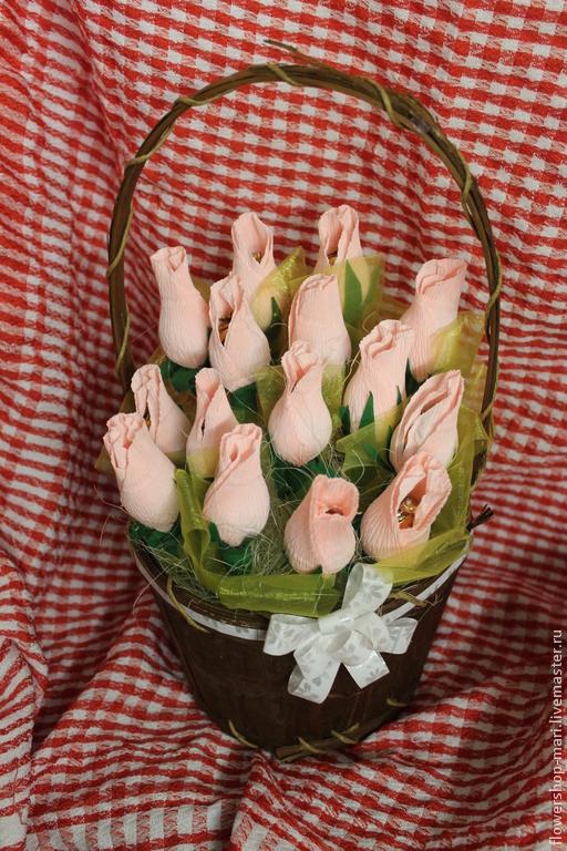 Букеты ручной работы. Ярмарка Мастеров - ручная работа. Купить Букет нежных роз с конфетами в корзинке. Handmade.