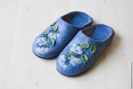 """Обувь ручной работы. Ярмарка Мастеров - ручная работа. Купить Валяные тапочки """"   Веточка  белой  гортензии"""". Handmade. Синий"""