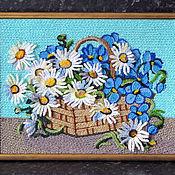Картины ручной работы. Ярмарка Мастеров - ручная работа Картина вязанная букет цветов фиалки и ромашки в корзине 25 х 30 см. Handmade.