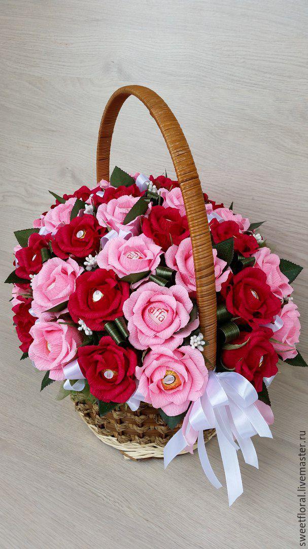 Цветы, букеты роз в корзинке из гофрированной бумаги с конфетами