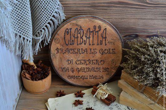 Разделочная доска для нарезки хлеба в стиле старого итальянского кантри.